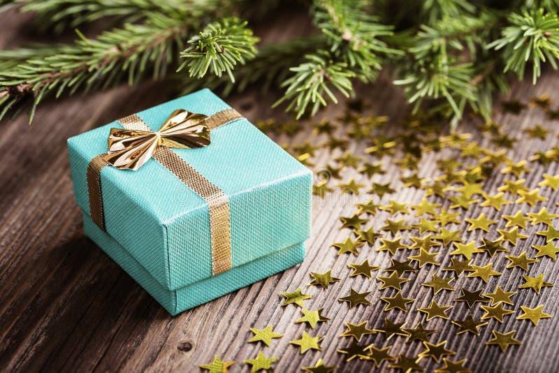 Regalo di Natale con le stelle sulla tavola di legno fotografia stock libera da diritti