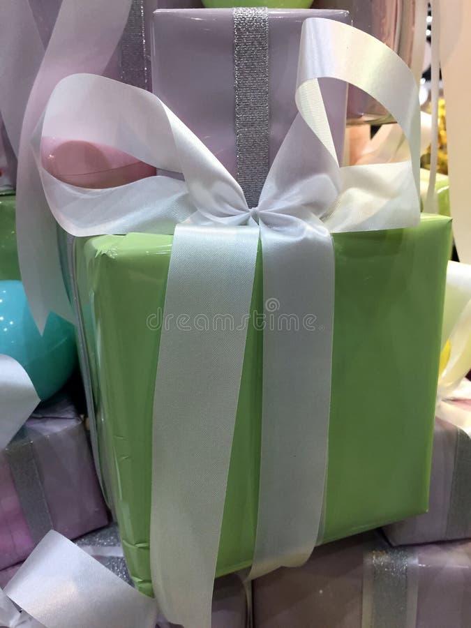 Regalo di Natale, contenitore di regalo verde molle con i nastri bianchi nel MI fotografie stock
