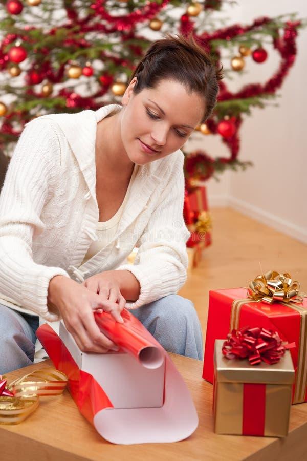 Regalo di Natale dell'imballaggio della giovane donna immagini stock libere da diritti