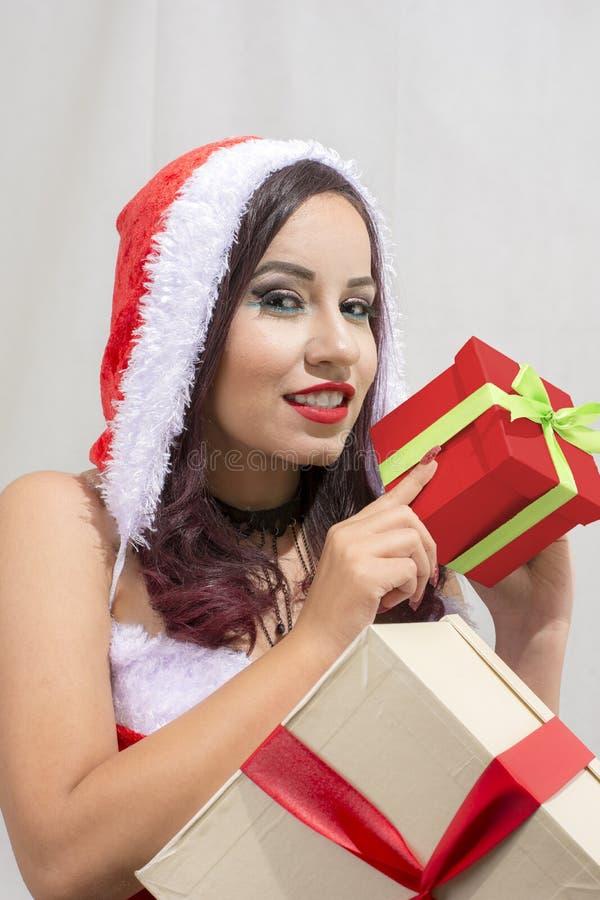 Regalo di natale della tenuta del ritratto della donna isolato costume di Santa Claus di Natale Ragazza felice sorridente immagini stock