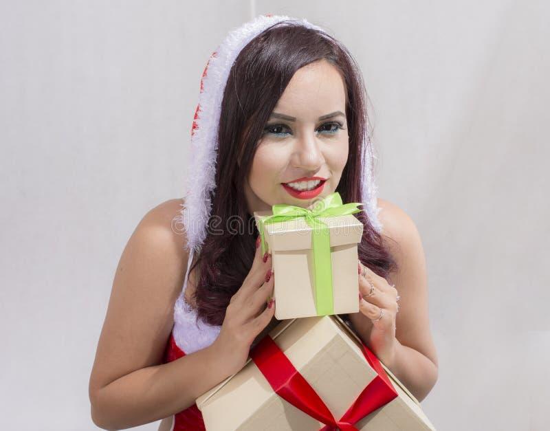 Regalo di natale della tenuta del ritratto della donna isolato costume di Santa Claus di Natale Ragazza felice sorridente fotografie stock libere da diritti