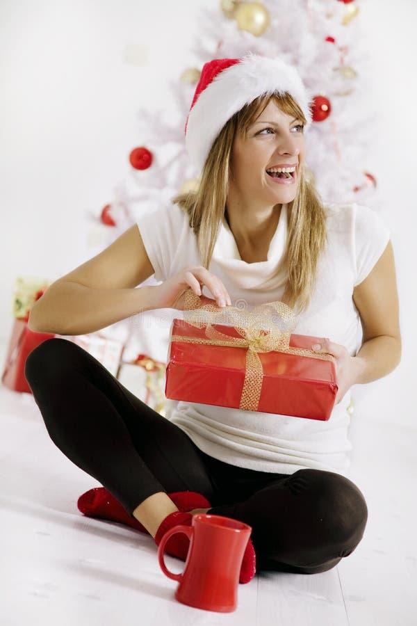Regalo di Natale di apertura immagini stock libere da diritti