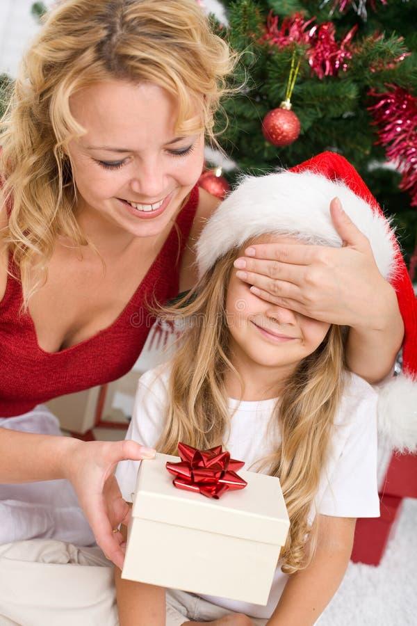 Regalo di Natale di sorpresa fotografia stock libera da diritti