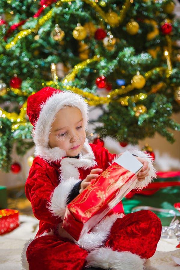 Regalo di Natale e del ragazzo immagini stock libere da diritti