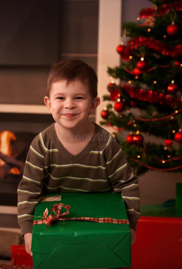 Regalo di Natale felice della holding del bambino fotografia stock libera da diritti