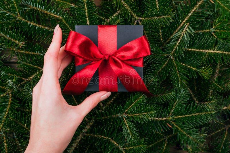 Regalo di Natale in mani fotografia stock libera da diritti