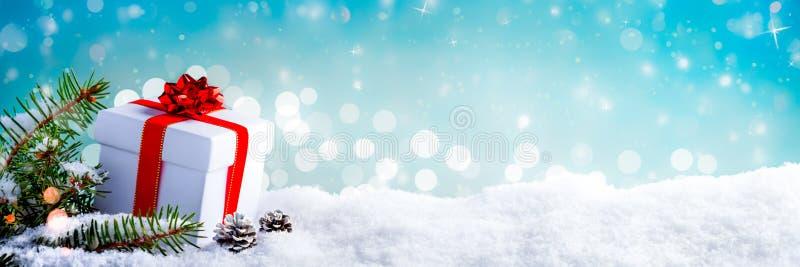 Regalo di natale nella neve fotografia stock