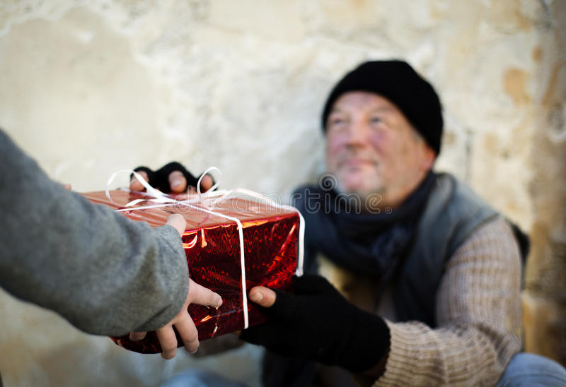 Regalo di natale per l'uomo senza casa fotografie stock libere da diritti
