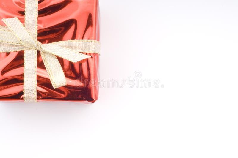Download Regalo Di Natale Rosso Sopra Bianco Immagine Stock - Immagine di nastro, dorato: 7308765