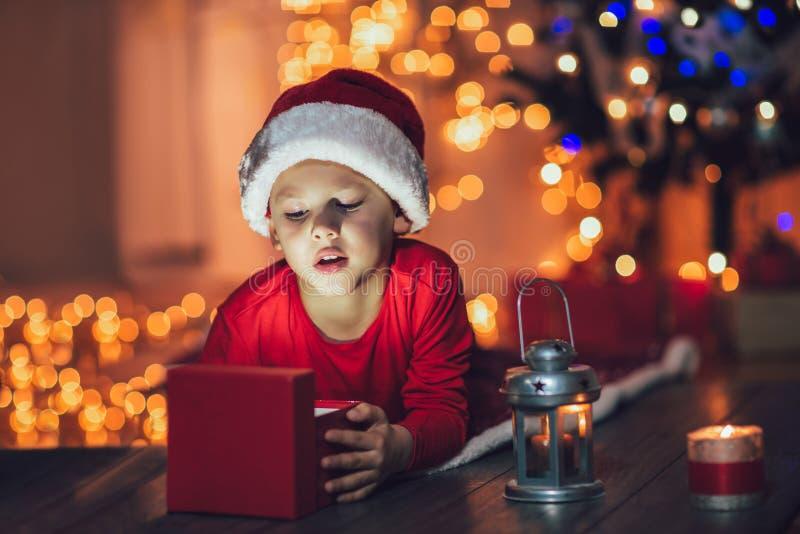 Regalo di Natale sorpreso di magia di apertura del bambino fotografie stock libere da diritti