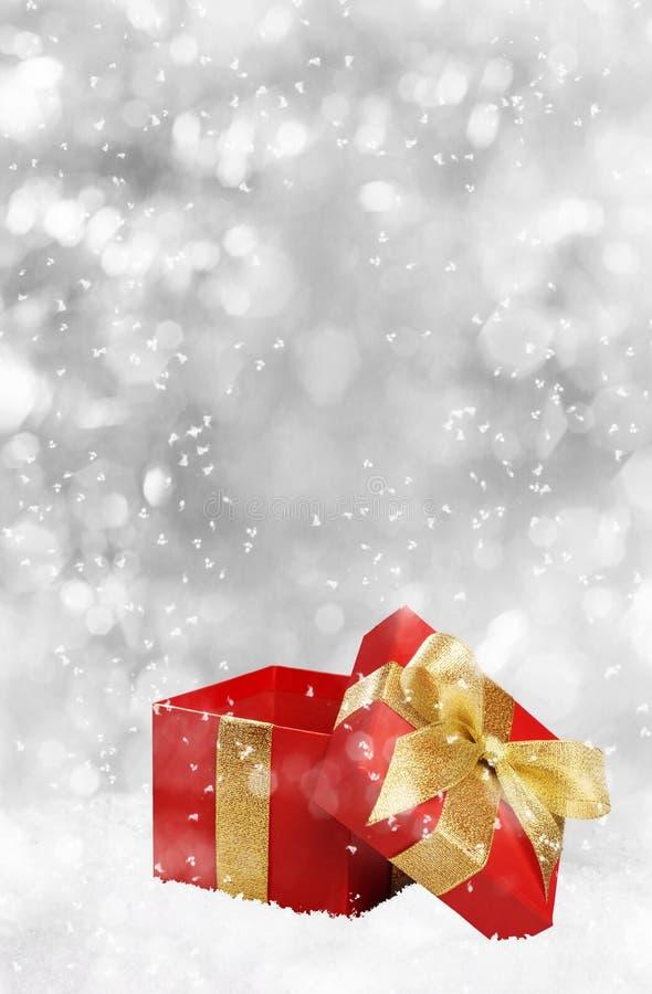 Regalo di Natale su fondo d'argento immagine stock libera da diritti