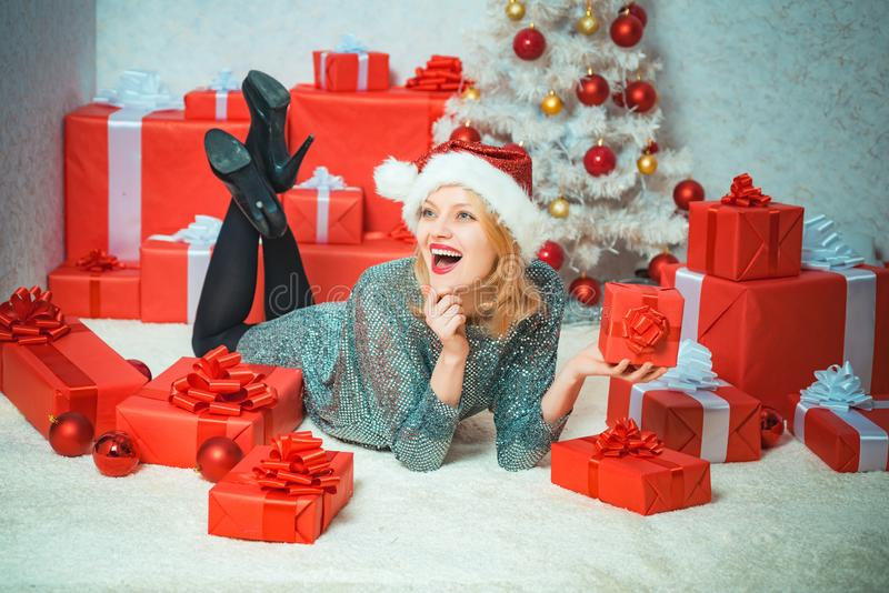 Regalo di nuovo anno Nuovo anno felice Ragazza divertente di natale Espressioni facciali umane positive di emozioni Natale intern immagini stock