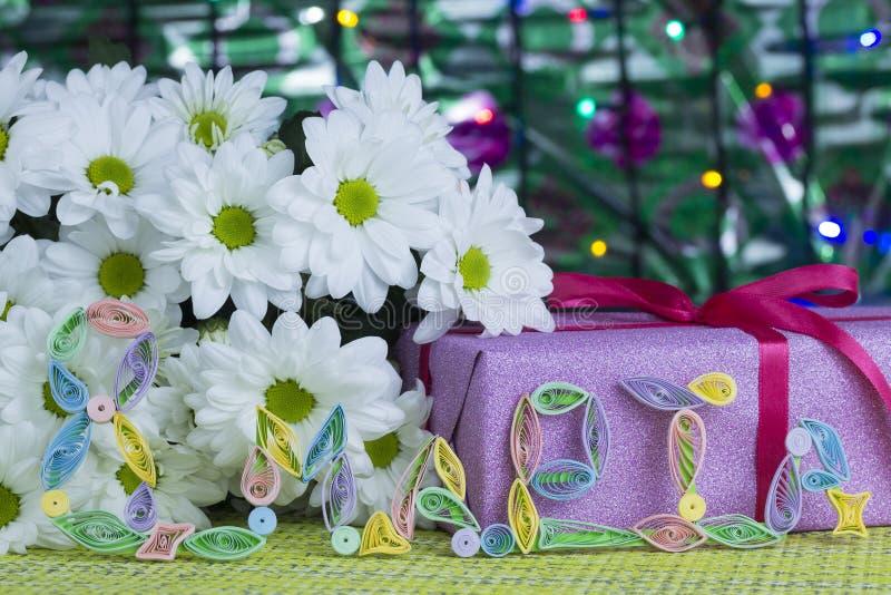 Regalo e fiori per il giorno dell'8 marzo immagini stock libere da diritti