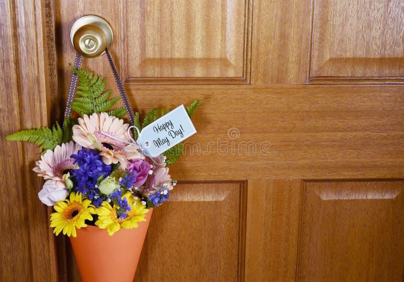 Regalo felice di festa dei lavoratori dei fiori sulla porta fotografia stock