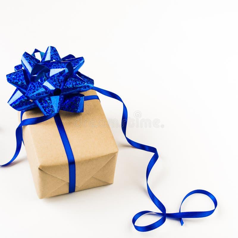 Regalo festivo con la decoración azul sobre el fondo blanco fotografía de archivo libre de regalías