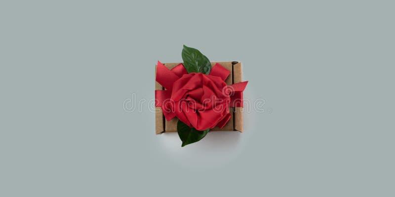 Regalo festivo de la bandera que empaqueta el concepto gris Valentine& x27 del fondo de la caja roja de la cinta; día de s, women fotografía de archivo libre de regalías