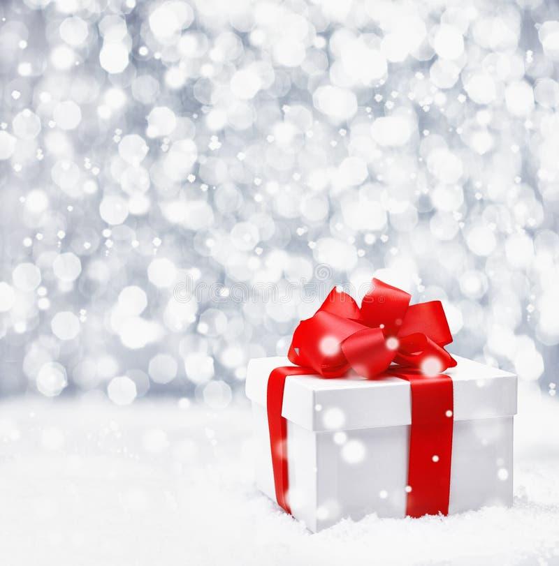 Regalo festivo di natale in neve fotografia stock
