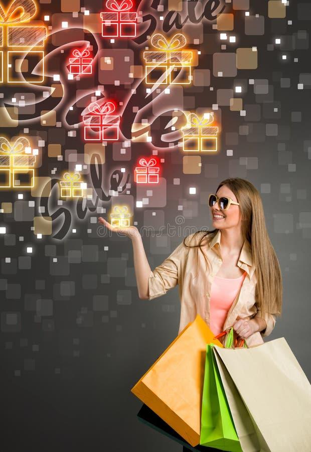 Regalo grande de la venta y mujer que hace compras fotos de archivo libres de regalías