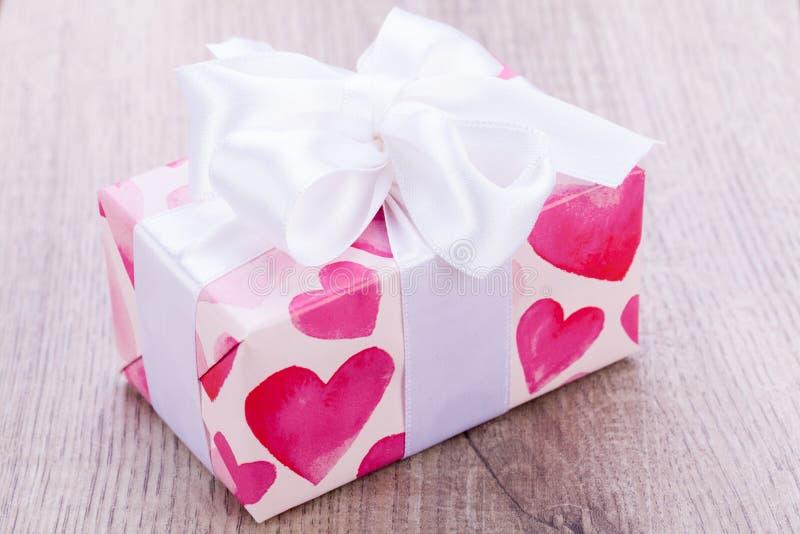 Regalo grazioso dei biglietti di S. Valentino con i cuori sul giftwrap fotografie stock libere da diritti