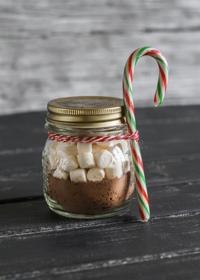 Regalo hecho en casa de la Navidad - ingredientes para hacer el chocolate caliente con las melcochas en un tarro de cristal fotos de archivo