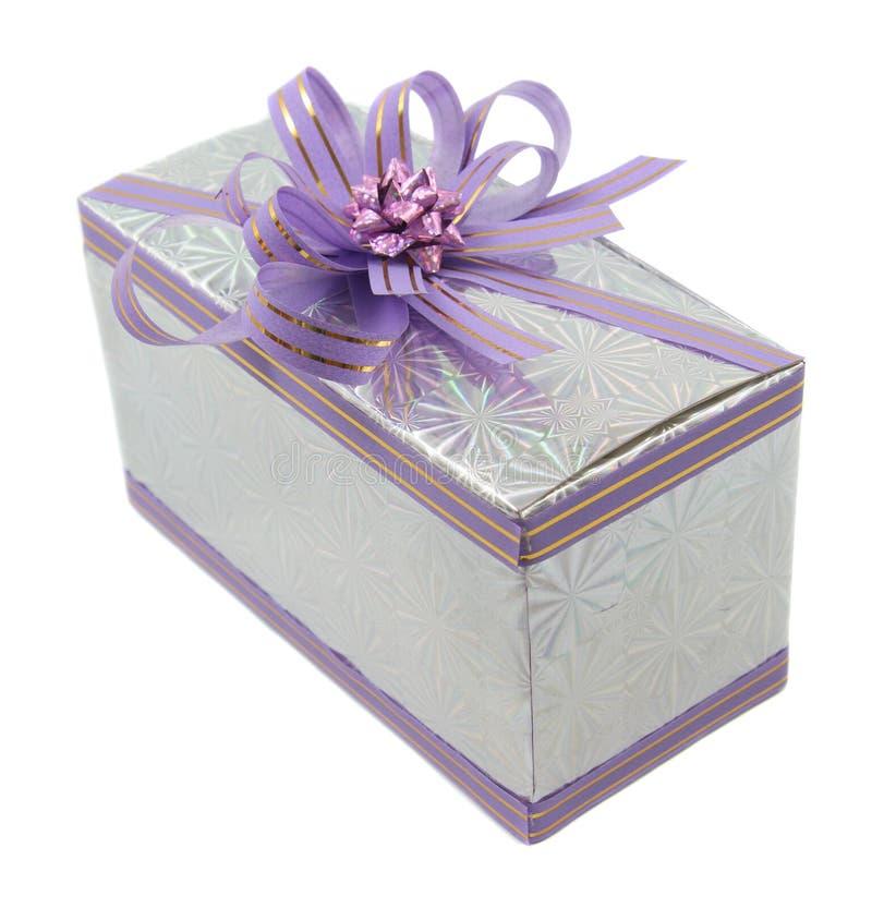 Regalo lilla isolato su bianco immagine stock