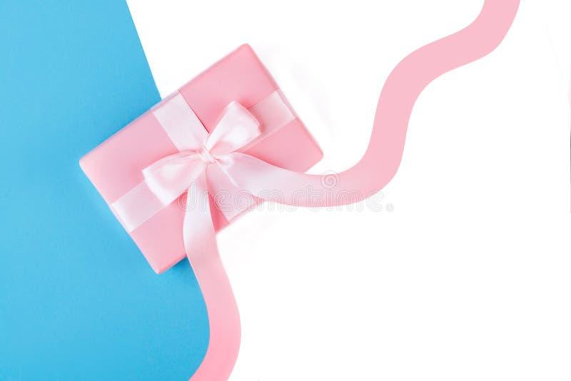Regalo o actual caja en la opinión de sobremesa rosada imagenes de archivo