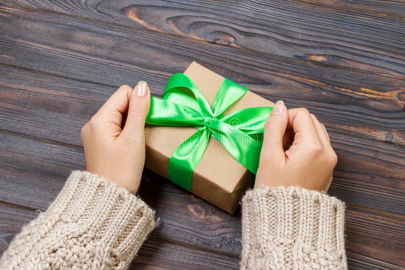 Regalo o presente con el arco verde Primer del presente hecho del cartón reciclado y de la cinta verde en el fondo blanco Primer  imagen de archivo libre de regalías