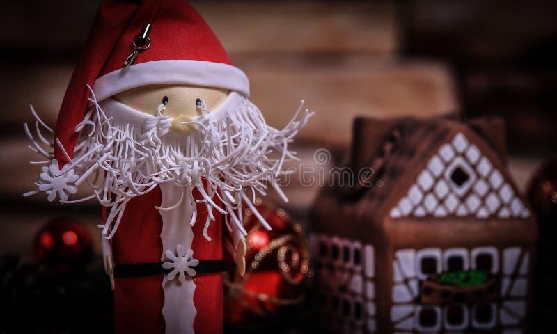 Regalo per il Natale, casa di pan di zenzero, un giocattolo Santa Claus fotografia stock libera da diritti