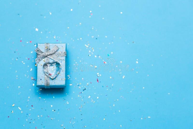 Regalo per lei sul San Valentino - la festa ha disegnato il concetto dei presente immagini stock