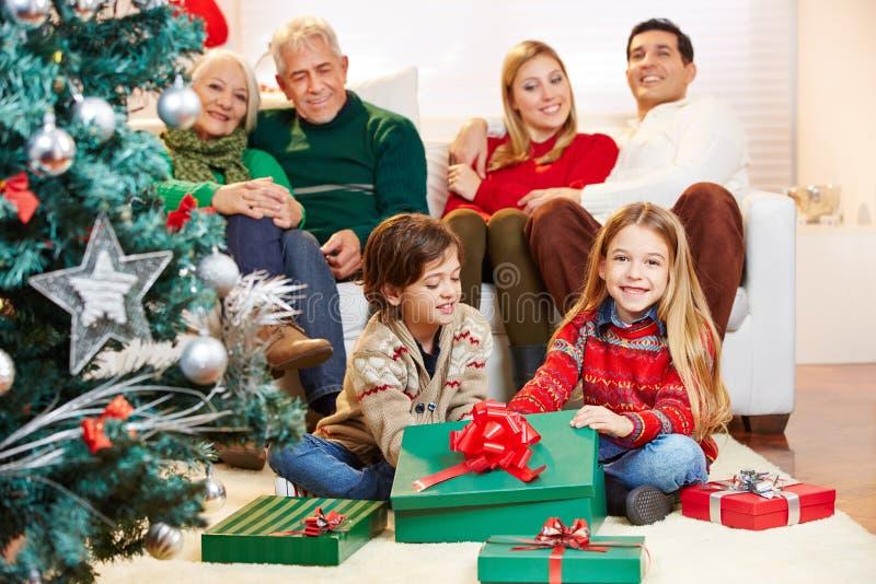 Regalo que da en la Nochebuena fotos de archivo