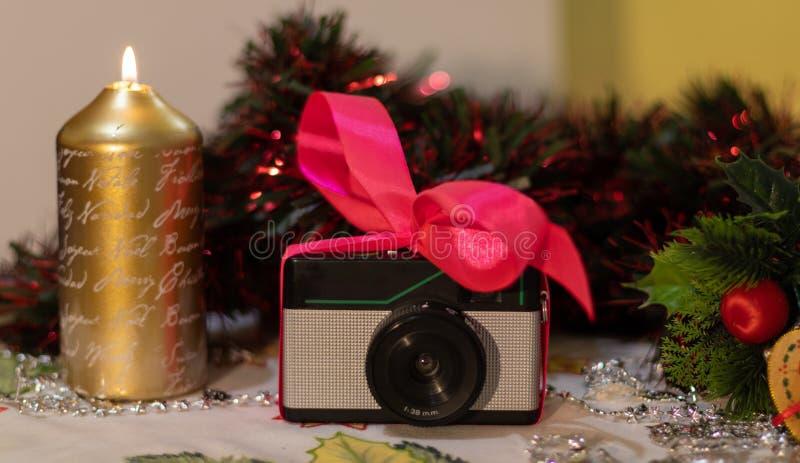 Regalo retro de la Navidad de la cámara de la foto fotos de archivo libres de regalías