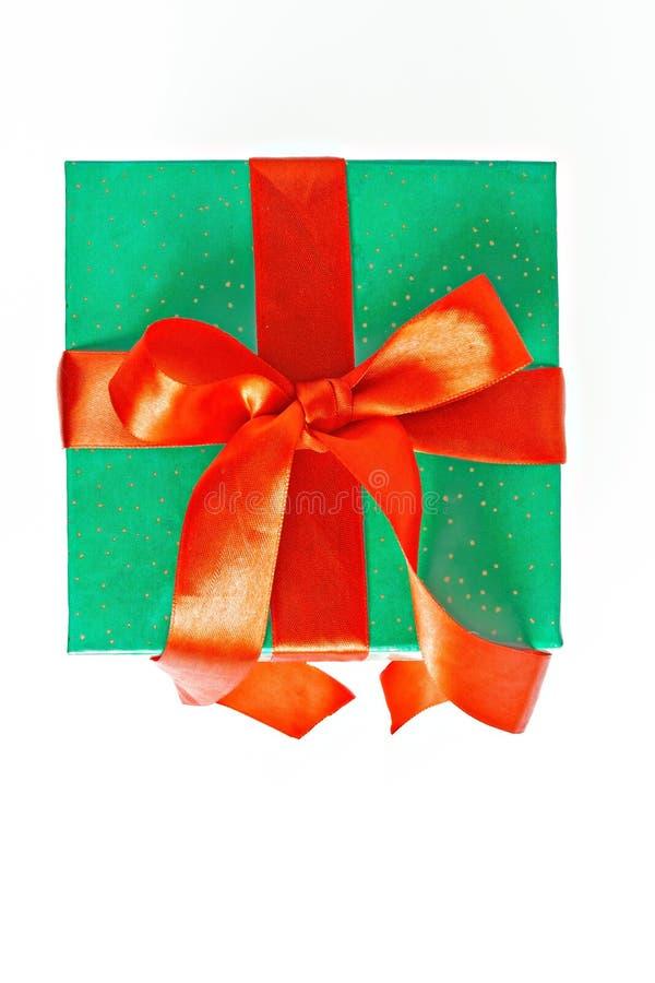 Regalo rojo y verde de la Navidad con la cinta aislada fotografía de archivo