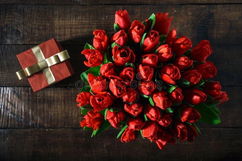 Regalo rosso dei tulipani rossi del mazzo di vista superiore con lo spazio della copia fotografia stock libera da diritti