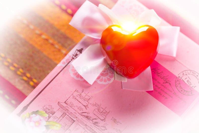 Regalo in scatola rosa con cuore rosso Foto modificata immagine stock