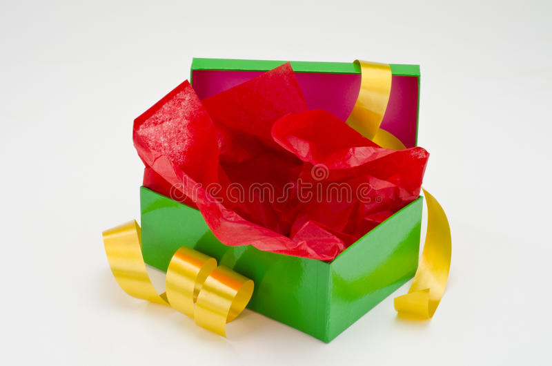 Regalo y acebo Abra la caja de regalo imagenes de archivo