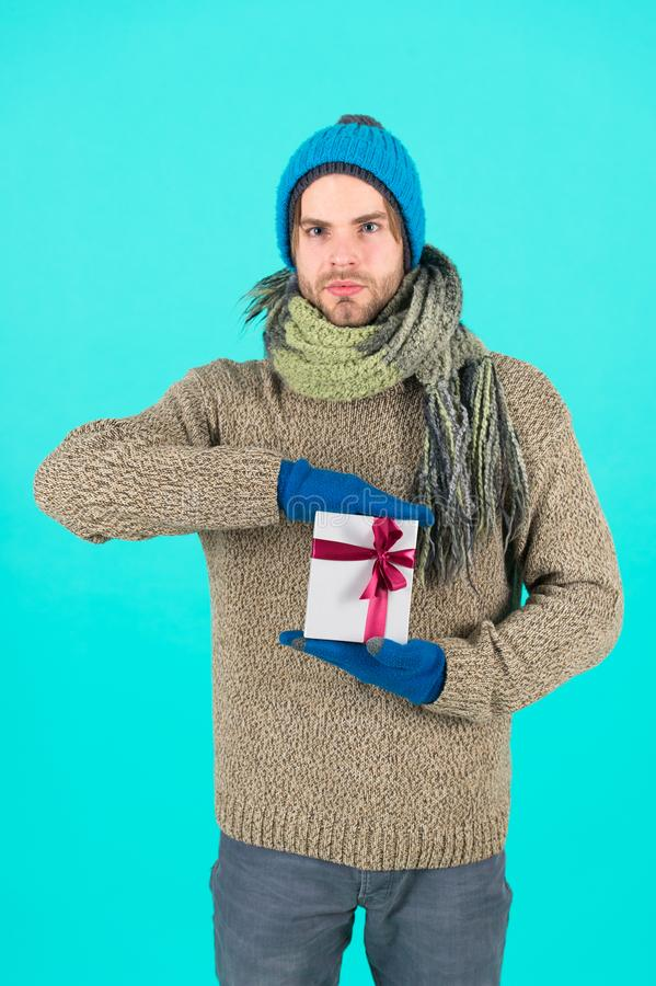 Regalo y acebo Celebración de las vacaciones de invierno Hombre con la actual caja Compras La mañana antes de Navidad Feliz Año N foto de archivo