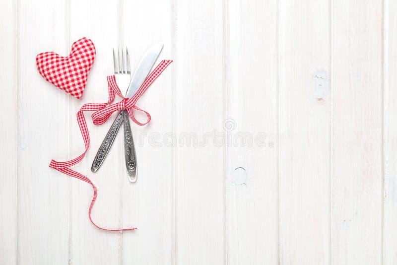 Regalo y cubiertos en forma de corazón del juguete del día de tarjetas del día de San Valentín imagenes de archivo