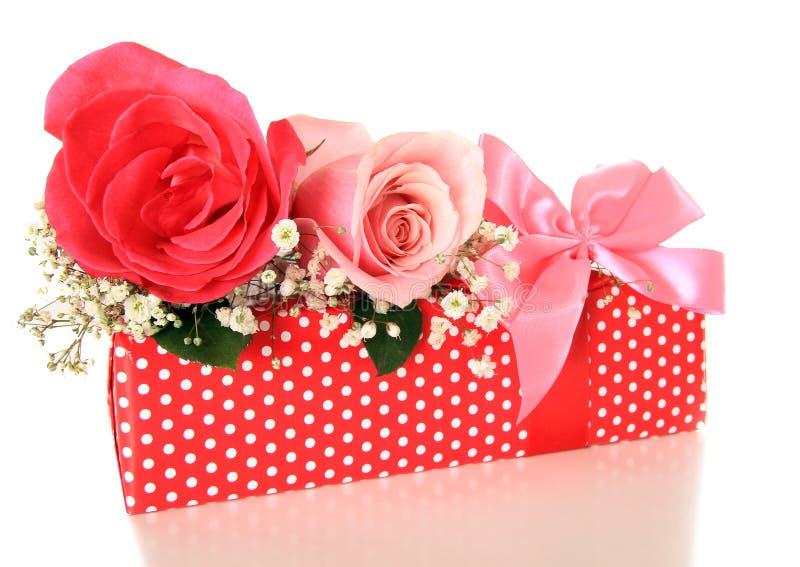 Regalo y rosas románticos fotografía de archivo libre de regalías