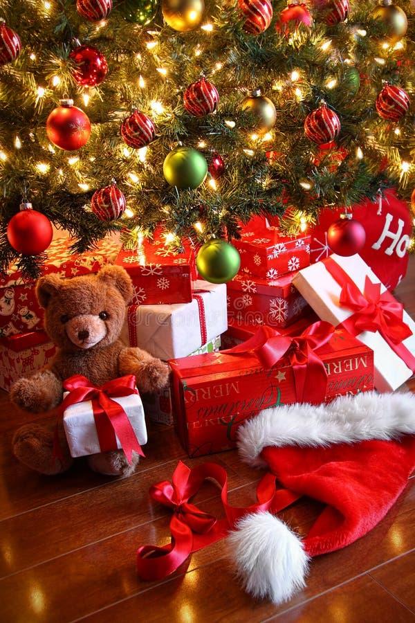 Regalos bajo el árbol para la Navidad fotografía de archivo libre de regalías