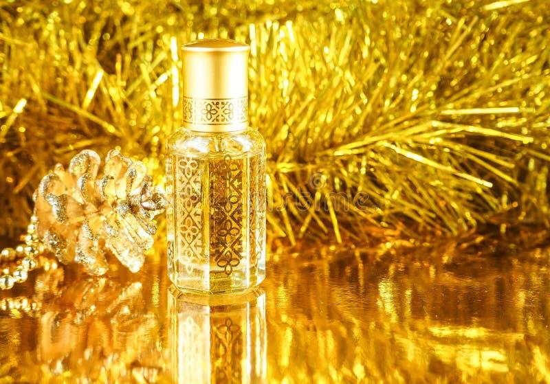 Regalos con perfume árabe en fondo de oro Decoración de los días de fiesta La Navidad, cumpleaños, día de tarjetas del día de San fotografía de archivo