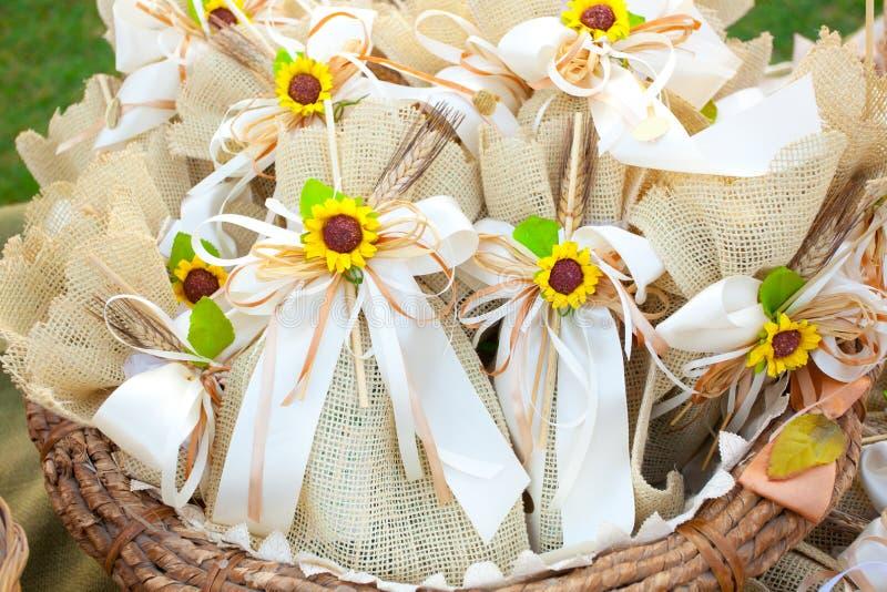 Regalos de boda del yute con los girasoles fotografía de archivo