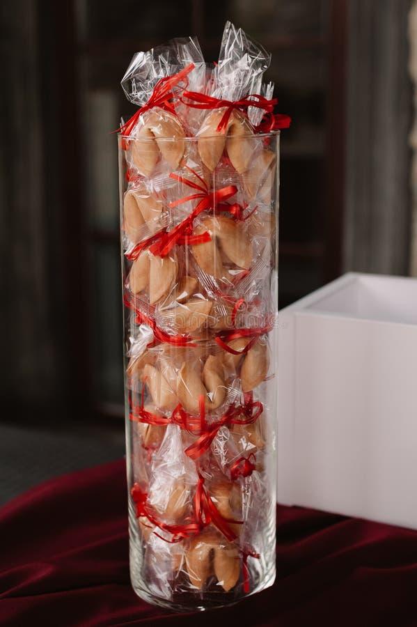 Regalos de boda, galletas de la suerte para las huéspedes en el florero foto de archivo
