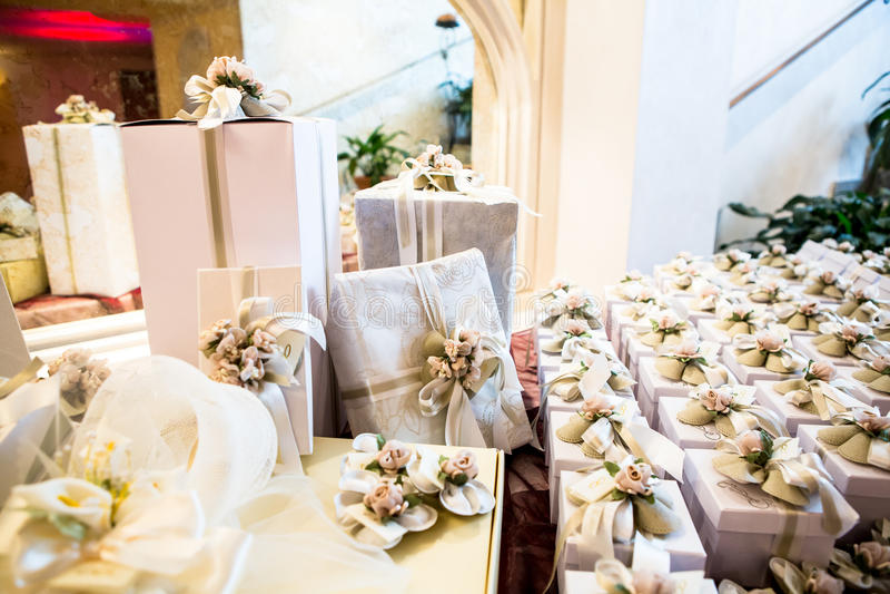 Regalos de boda para la huésped imagen de archivo libre de regalías