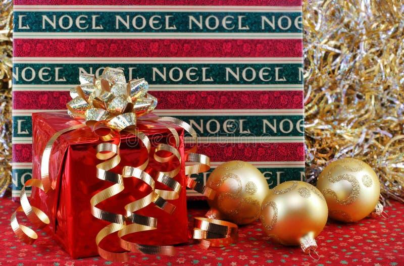 Regalos de la Navidad con los ornamentos. fotografía de archivo