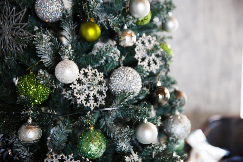 Regalos de la Navidad debajo del árbol de navidad con las decoraciones por la mañana, el interior en vintage fotografía de archivo libre de regalías