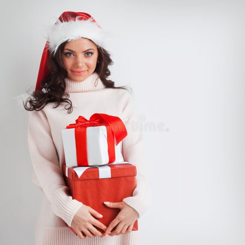 Regalos de la Navidad del abrazo de la mujer foto de archivo