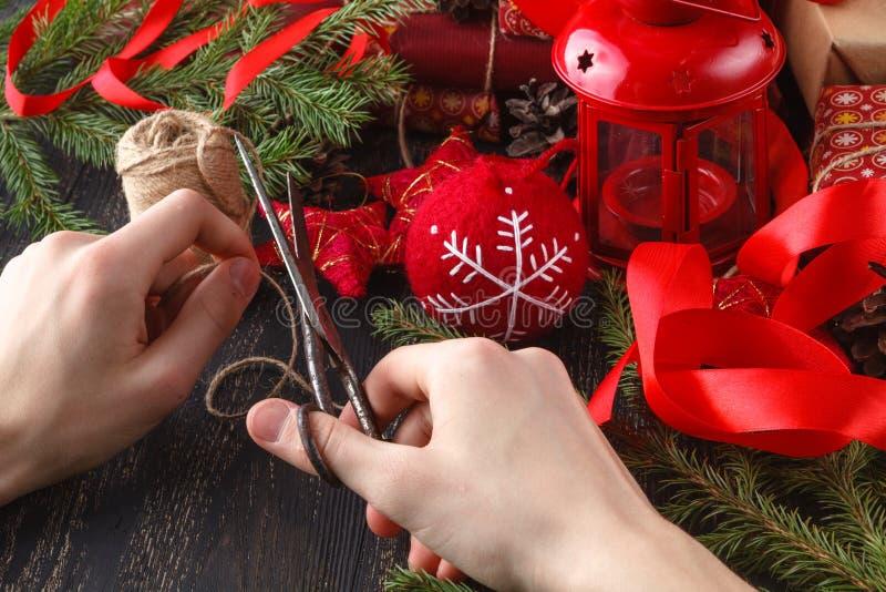 Regalos de la Navidad del abrigo del hombre Regalos de la Navidad en las manos del hombre imagen de archivo libre de regalías