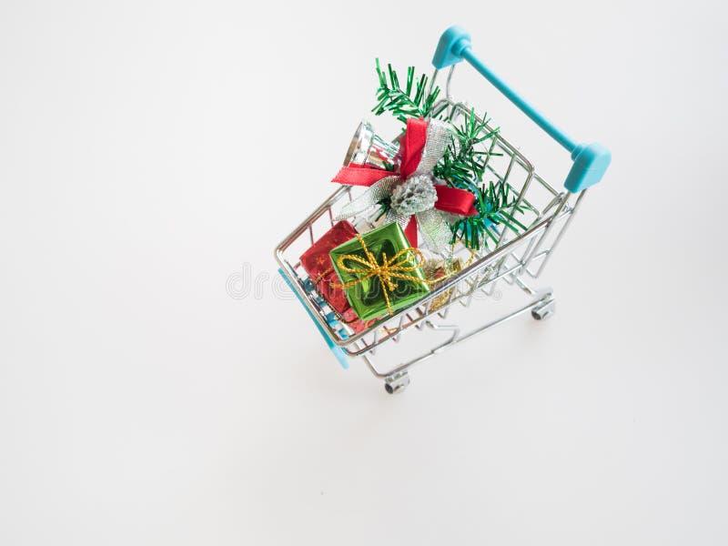 Regalos de la Navidad en carro de compras fotos de archivo
