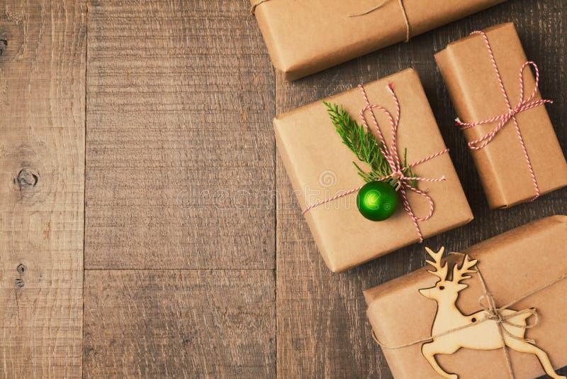 Regalos de la Navidad en fondo de madera Visión desde arriba imagen de archivo libre de regalías