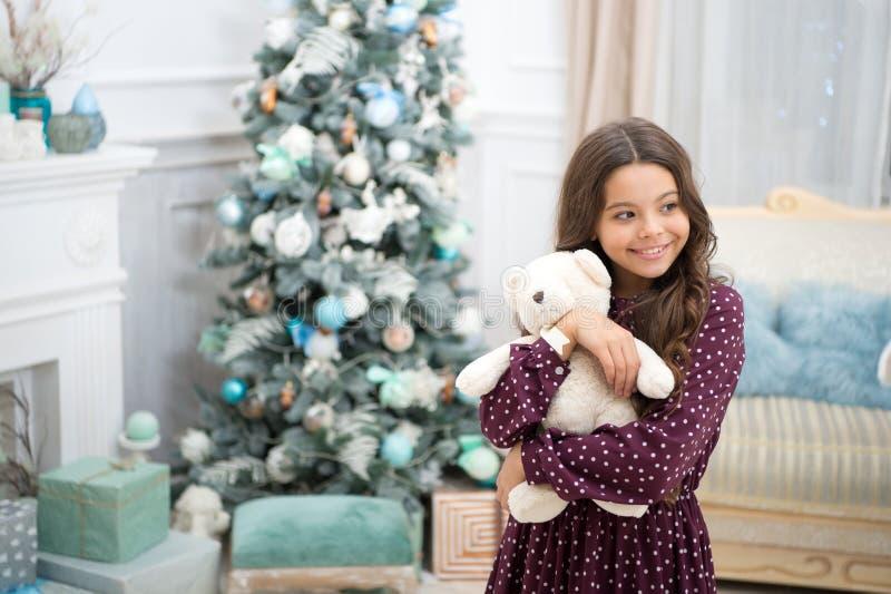 Regalos de la Navidad de la entrega Feliz Año Nuevo niña feliz celebrar vacaciones de invierno Tiempo de la Navidad La Navidad ju imagen de archivo